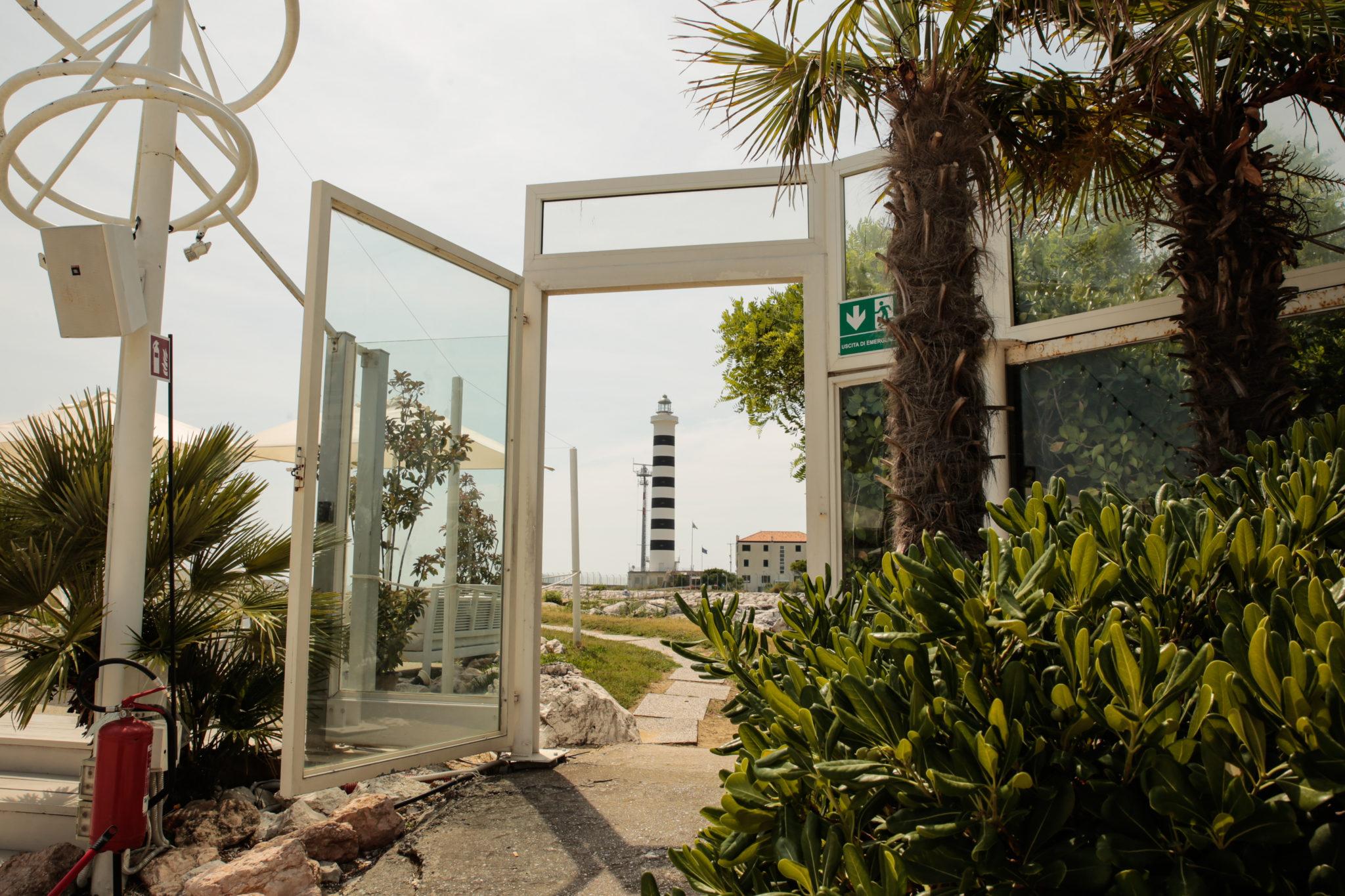 Il Faro di Piave Vecchia è il guardiano del mare fra Jesolo e Cavallino Treporti. Abbiamo raccolto i racconti di chi da sempre lo vede come un orizzonte