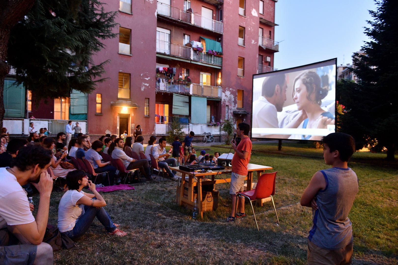 Dal 2012 il Laboratorio di Quartiere Giambellino-Lorenteggio organizza proiezioni cinematografiche nei cortili dei caseggiati popolari. Il nostro racconto