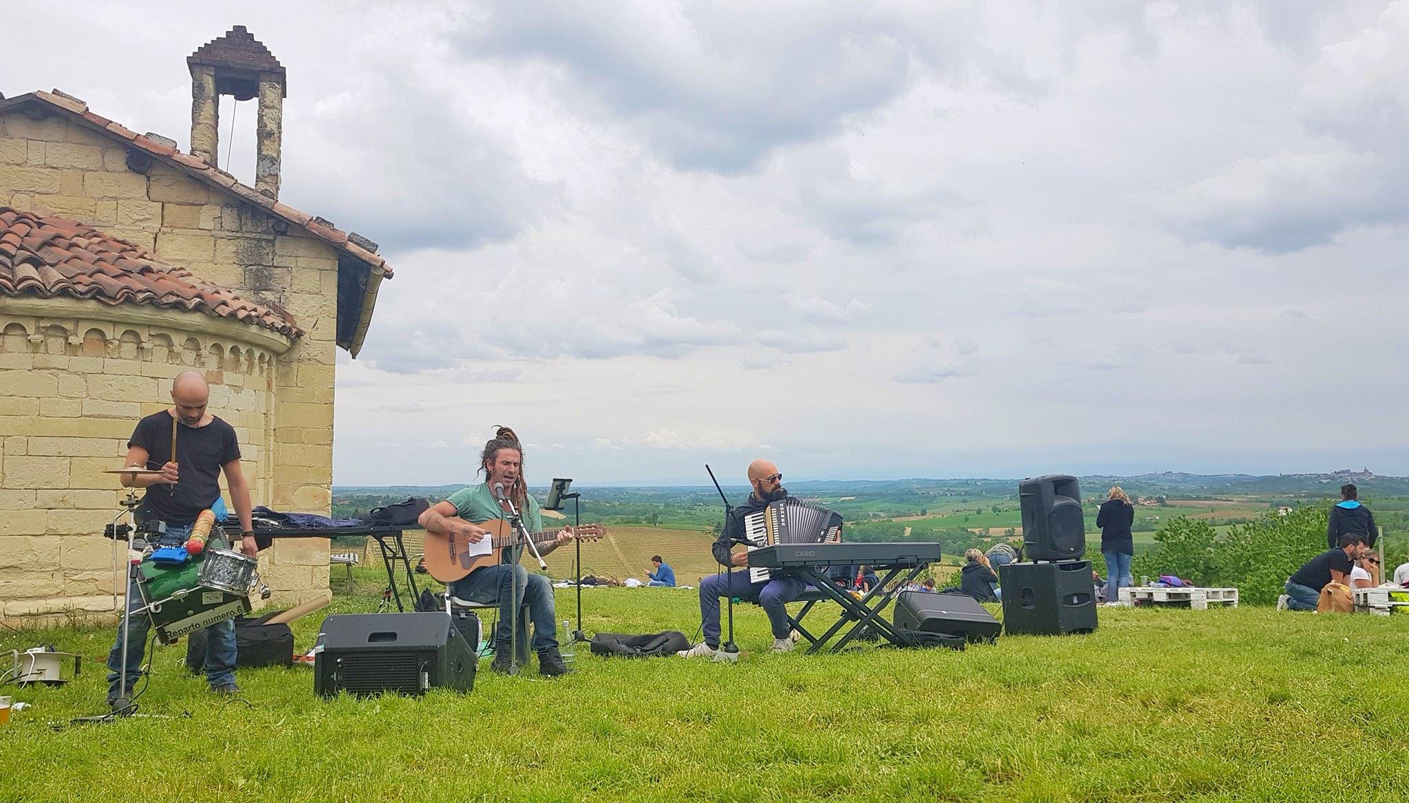 In un'antica chiesa ricostruita al contrario su una collina nel Monferrato sorge il Bar Chiuso: dove degustare vini, prodotti locali e buona musica