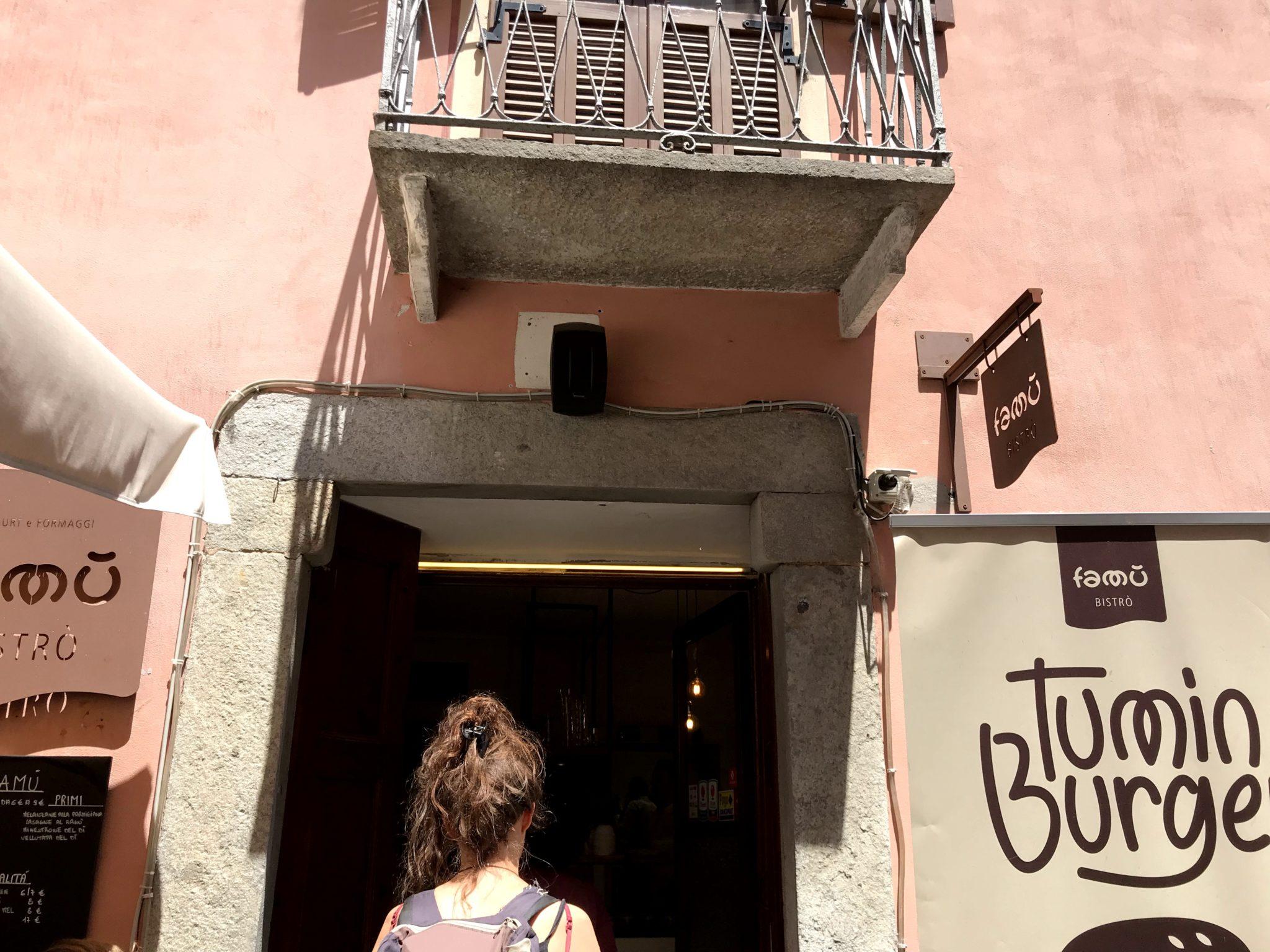 Nello è il proprietario della libreria indipendente dell'Acciuga. Ci accompagna in un giro fra osterie, bistrot, birrerie e panorami della città