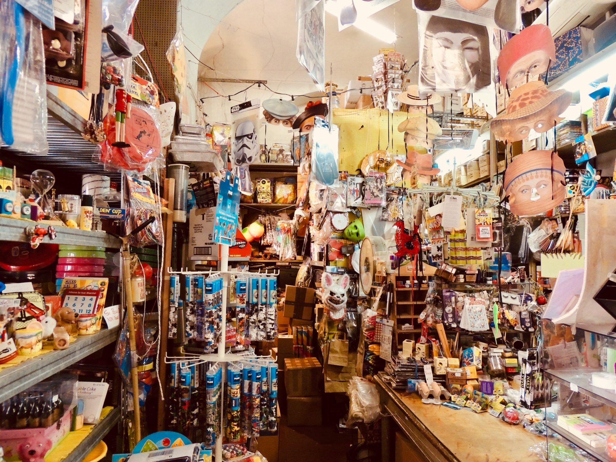 Nato nel 1938 come rivendita di carta e corda da imballo, il Bazar Bonino oggi è una bottega ferma nel tempo, del Paese dei Balocchi