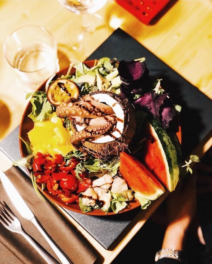 50% di Carboidrati, 25% di Proteine e 25% di Grassi; questo il menù di Qor di Balena, pensato insieme a un nutrizionista.