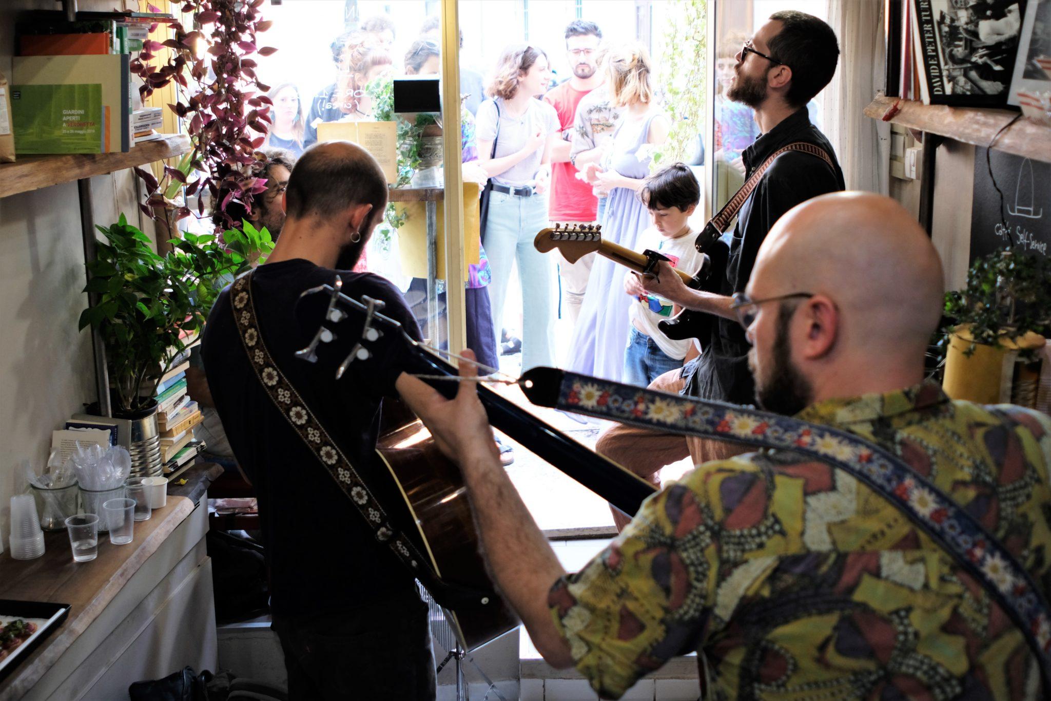 La band folk psichedelica dei C+C=Maxigross ha intrapreso Deserto Verona, una serie di concerti in ogni luogo aperto della loro città. La nostra intervista