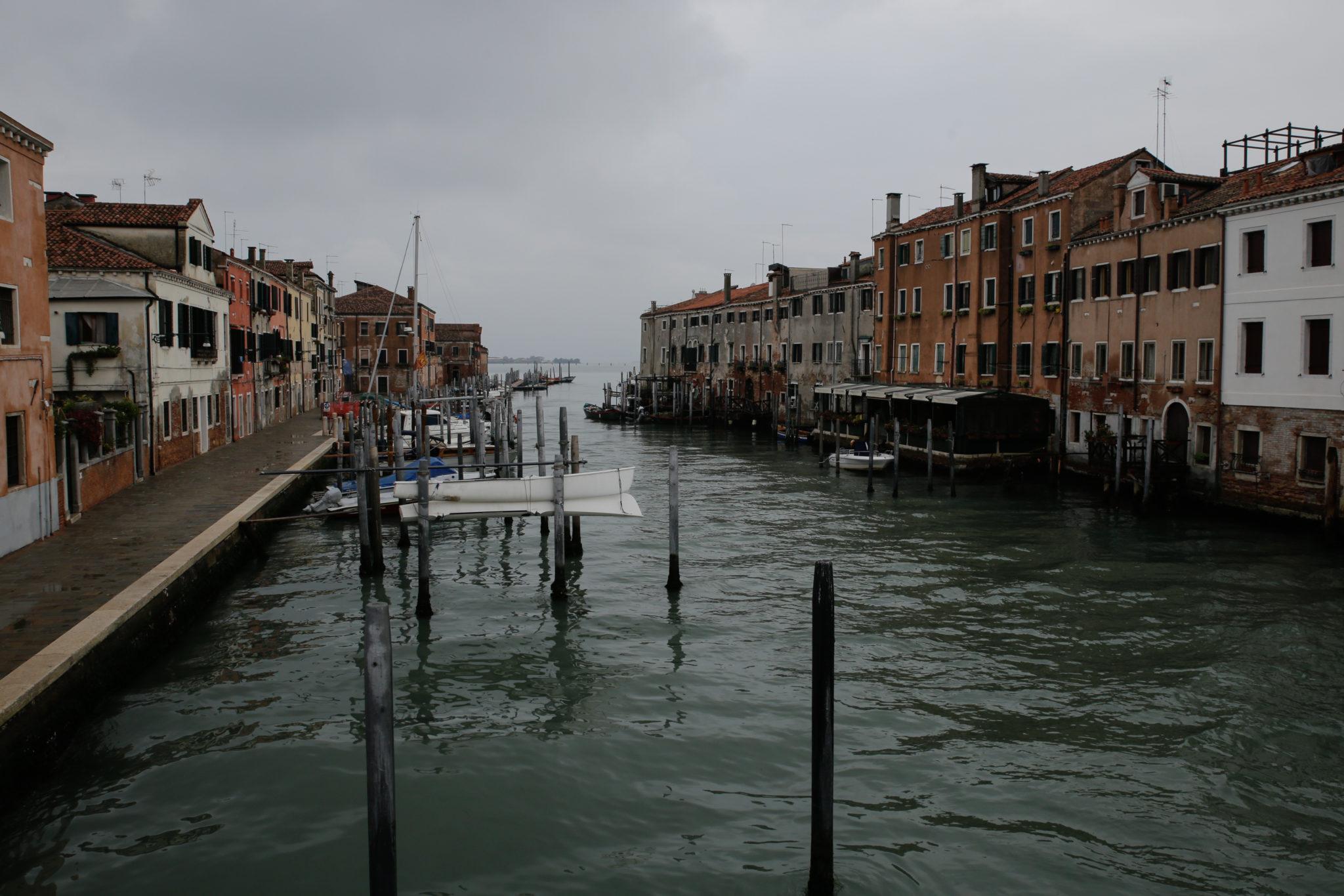 La Giudecca è un'isola a sud di Venezia, costituita da otto isole minori collegate fra loro. L'abbiamo visitata per scoprire un'altra Venezia