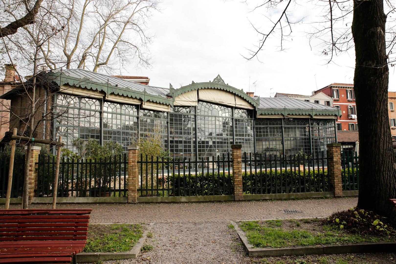 Edificata nel 1894 per ospitare le piante dell'Esposizione Internazionale dell'Arte, oggi la Serra dei Giardini di Venezia è un caffè botanico