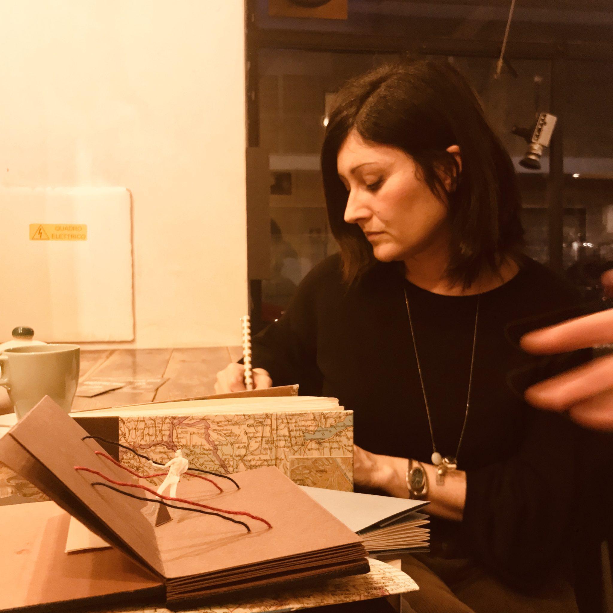 Il collettivo Libri Finti Clandestini recupera carta da riciclo, da scarti di tipografia a poster e sacchetti del pane, per farne libri d'arte