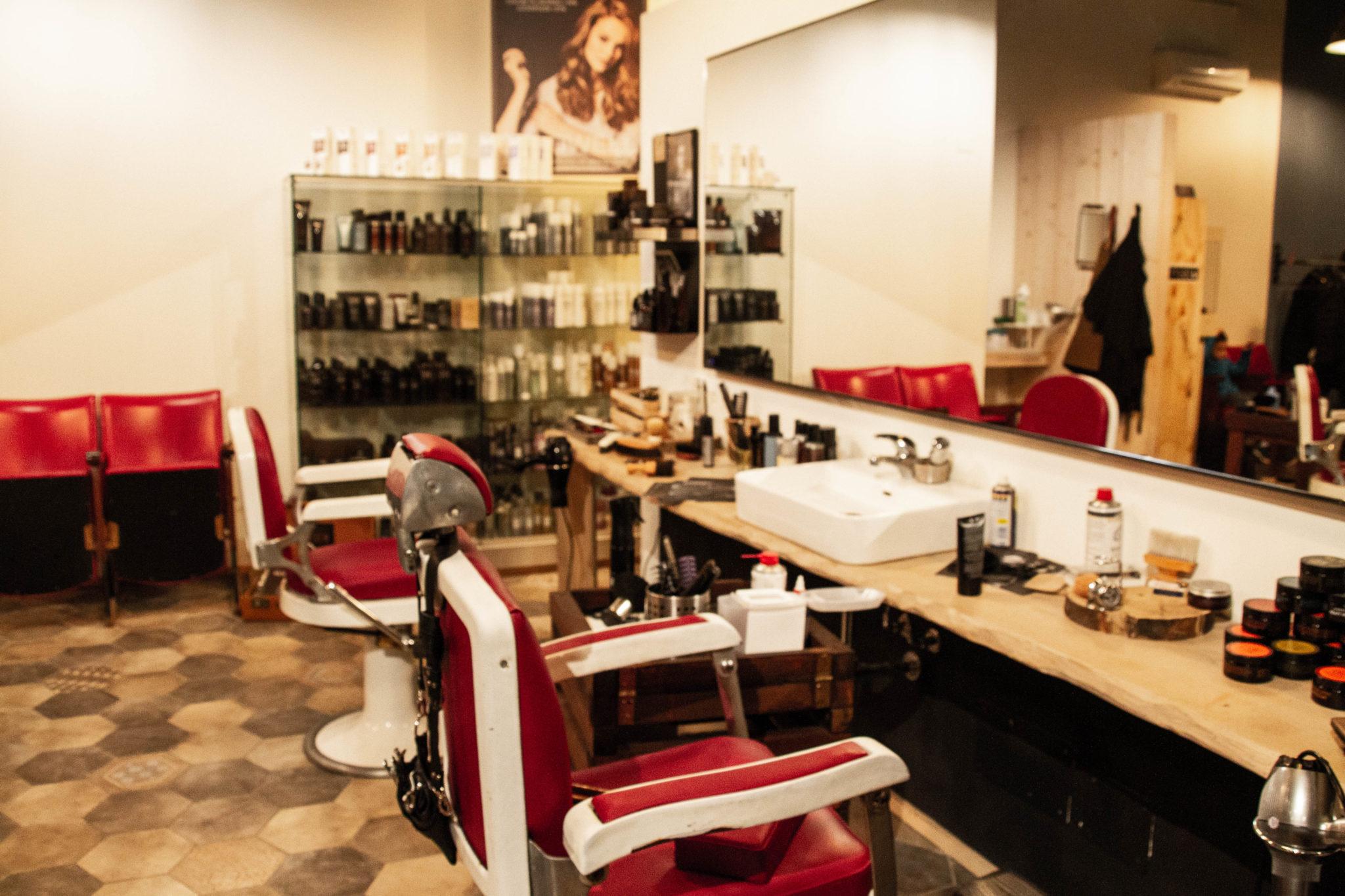 Musica rockabilly, panni caldi e rasoio, è Miss Didì: il barbershop in stile pink rock. Perché se una donna vuole, può fare tutto. Anche la barba.