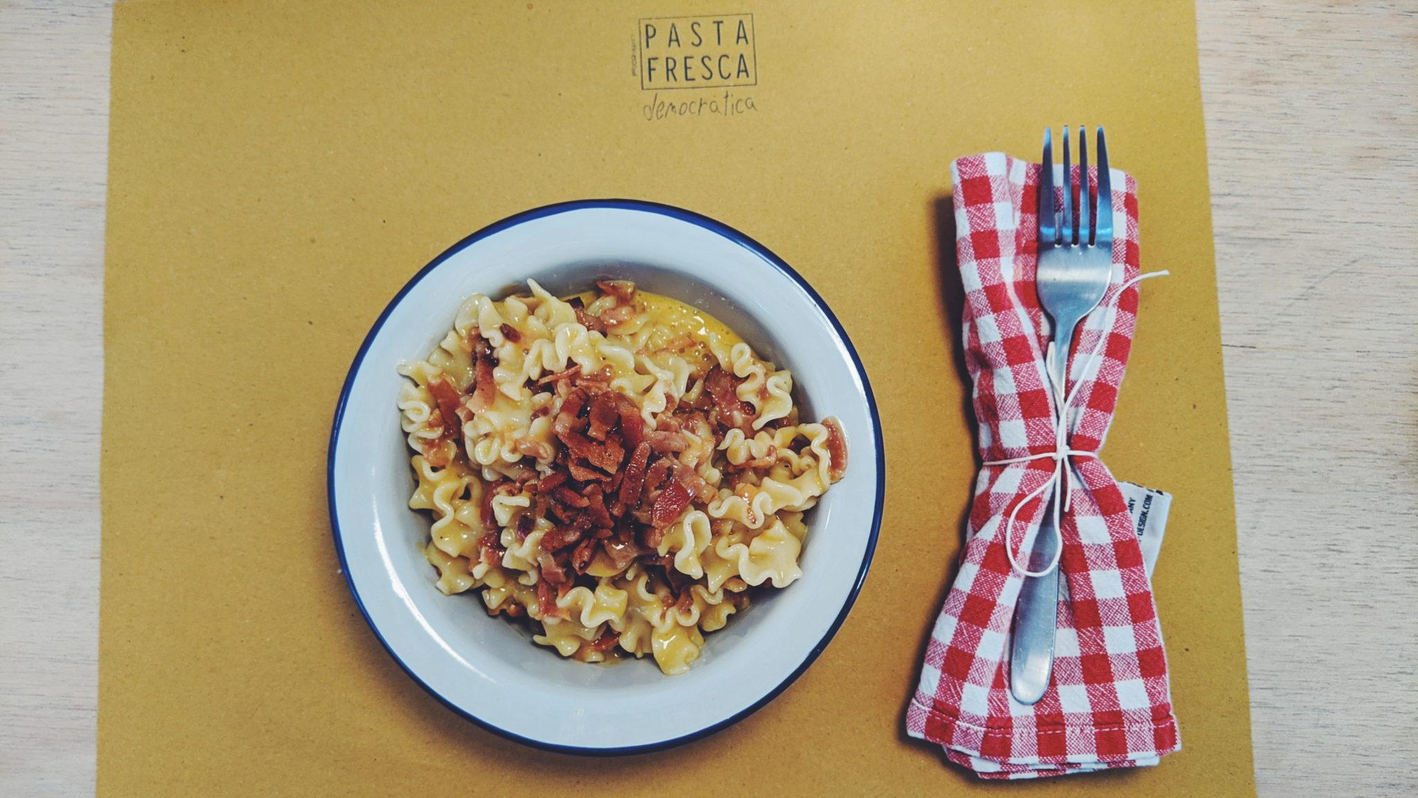 A Milano ha aperto un micro pastificio artigianale biologico con cucina e birrette artigianali: Pasta Fresca Democratica. Siamo andati ad assaggiare
